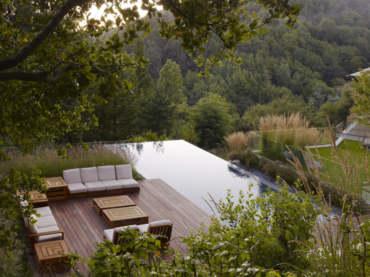 Tuin met grote zwemvijver op een heuvelrug in berkeley u s a