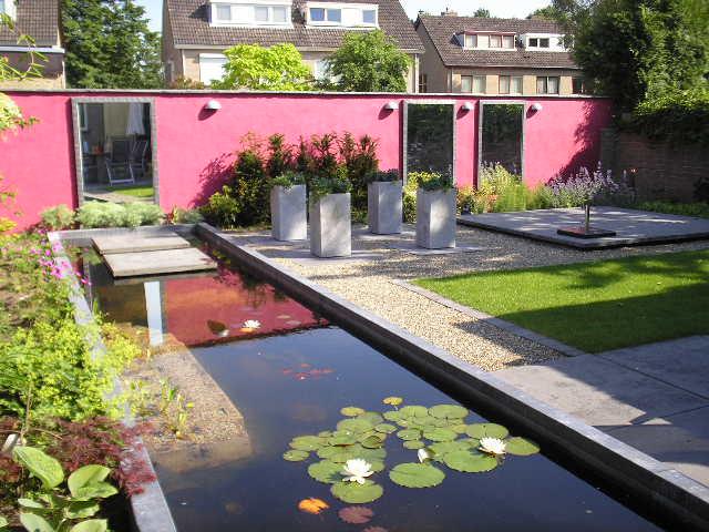 Strakke Moderne Tuin Met Grote Vijver En Knal Muur In Brabant