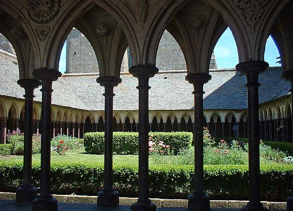 De binnentuin van klooster Mont St.Michel Frankrijk.