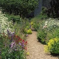 Eigentijdse borders in klassieke tuinen van Arne Maynard.