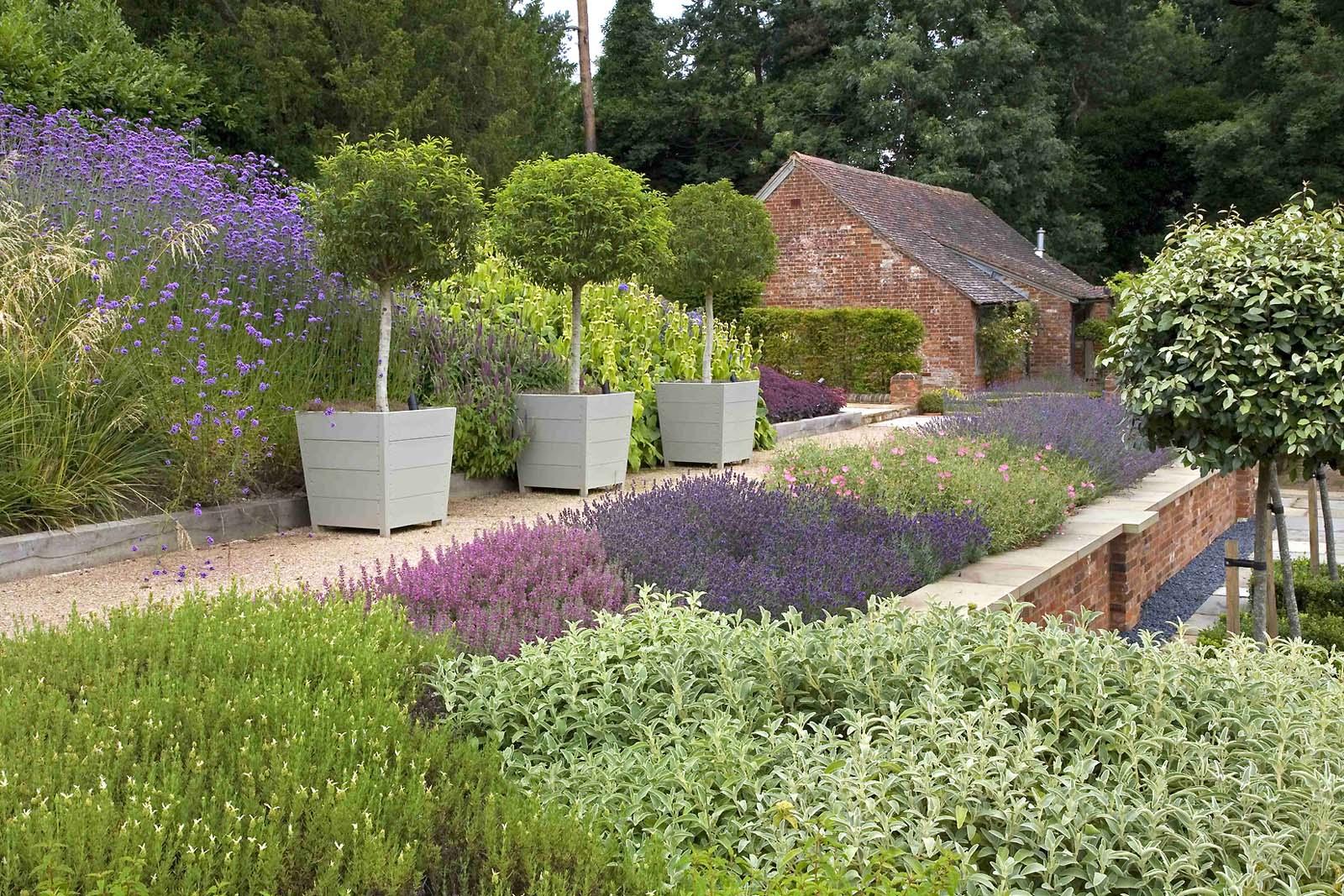 De blauwe Coldharbour garden ontworpen door Anthony Paul ...