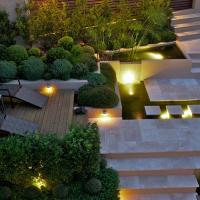 Moderne tuin op steile heuvelrug in Sydney.