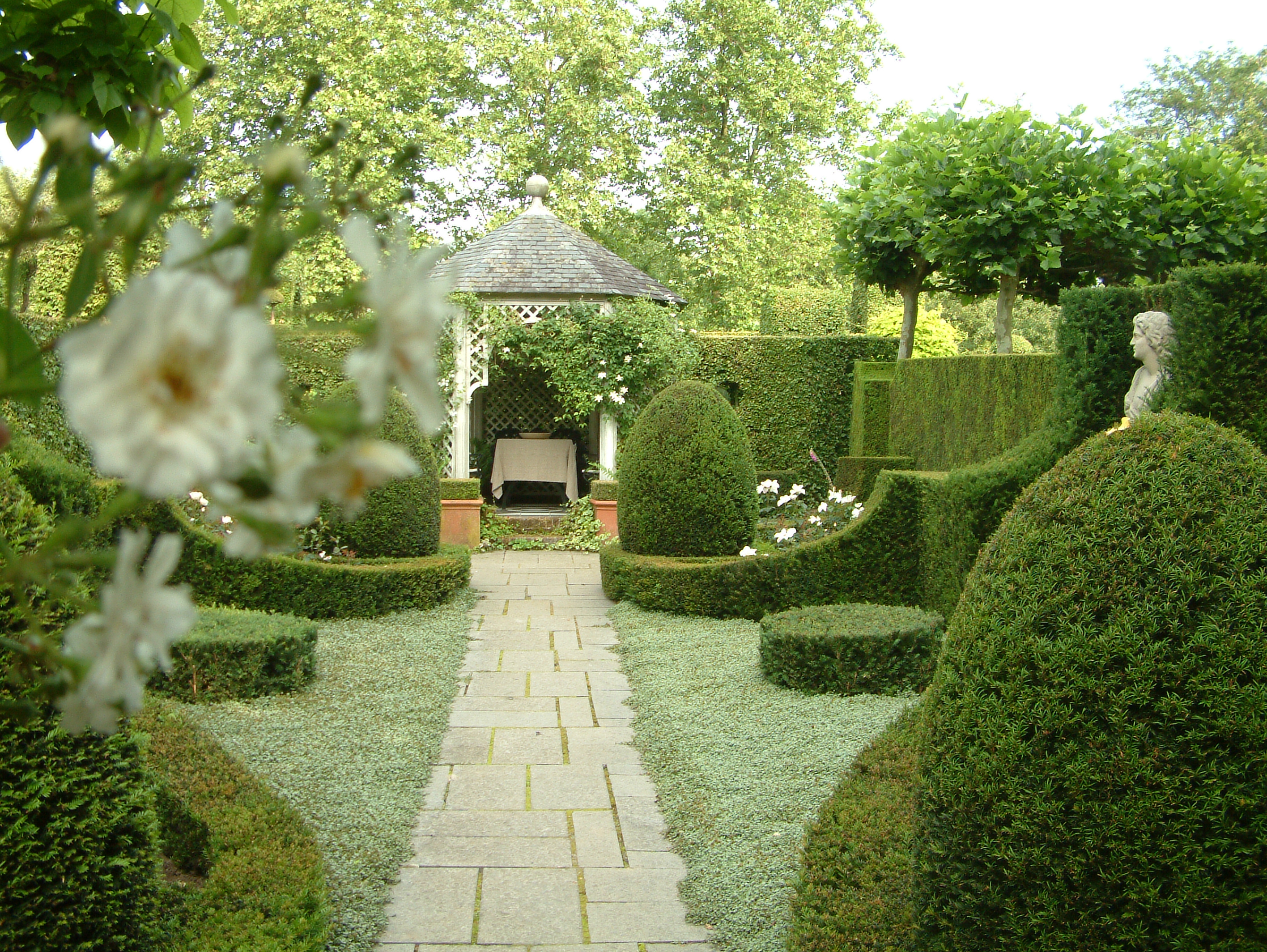 ... plek van de witte tuin is een tuin met veel groene structuur gekomen