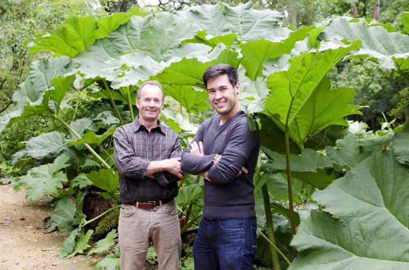 De beroemde kenner van tropische planten James Wong bracht een bezoek aan de tuin.