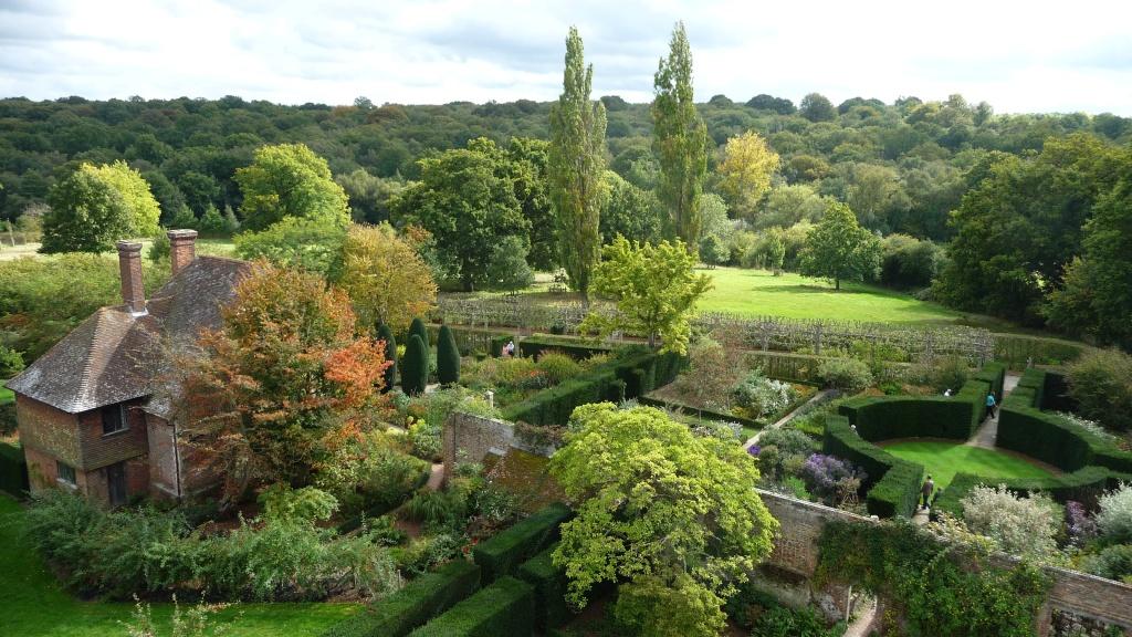 Sissinghurst_Castle_-_Southeast_Gardens