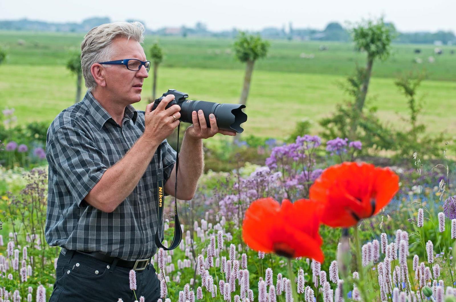 Gert fotografeert de Voorjaarstuin