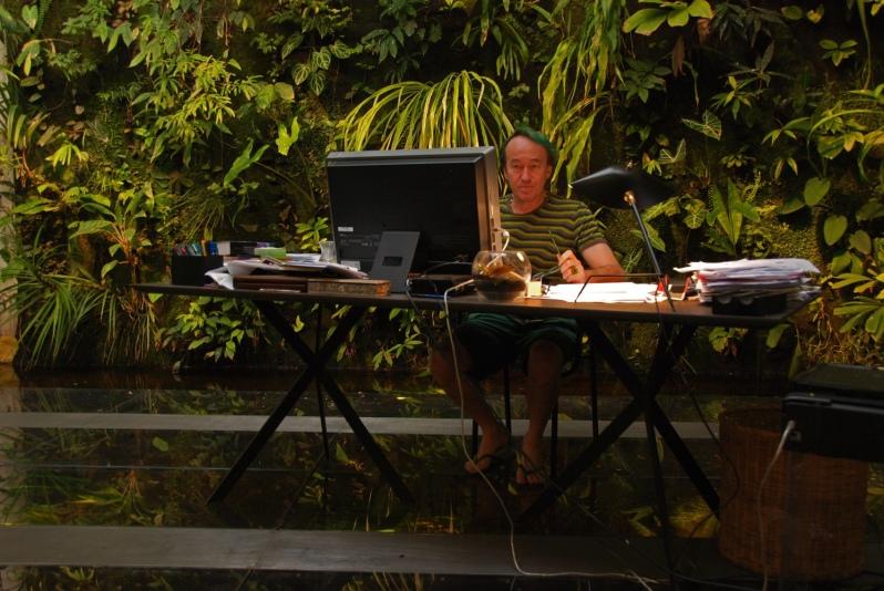 Patrick Blanc aan het werk in zijn zelf ontworpen werkplek.