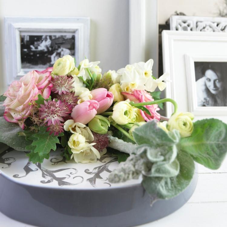 Narcissus, Ranunculus, Tulipa, Rosa en Astrantia