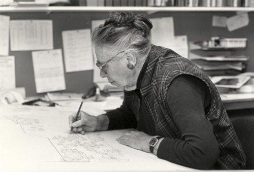 Tuinarchitect Mien Ruys achter haar tekentafel