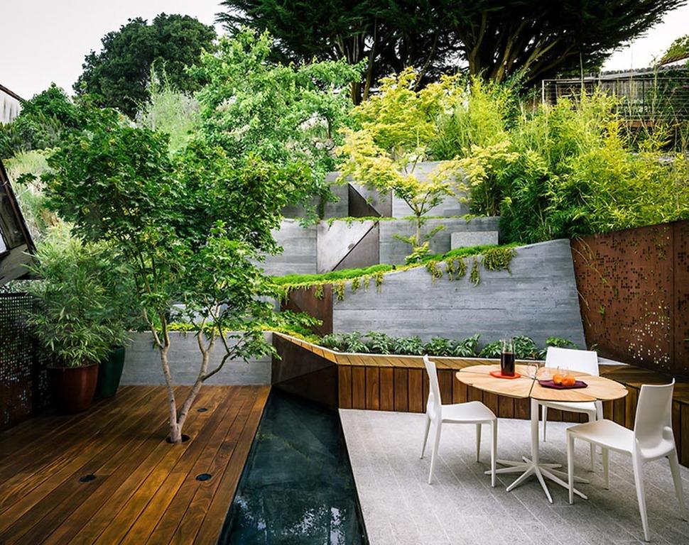 Moderne tuin met veel hoogteverschil in Berkeley, Californië